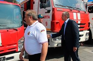 Министр МЧС России в Ялте передал Крыму новую технику