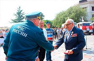 Глава МЧС России Владимир Пучков вручил крымским огнеборцам новую технику